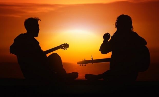 amigos cantando playa