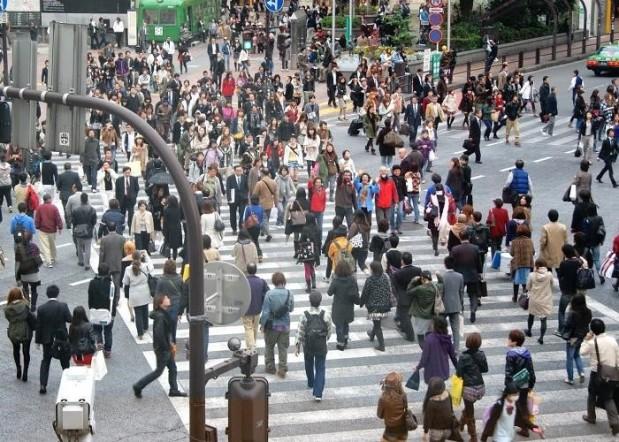 muchas personas cruzando