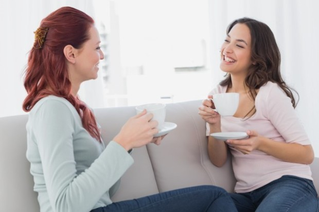amigas conversando tomando té