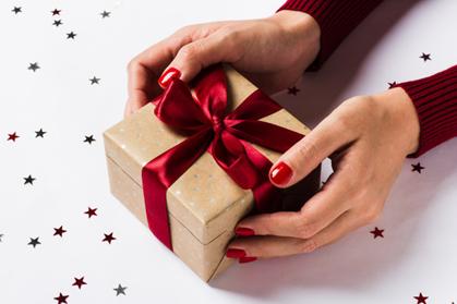 Manos abriendo un regalo