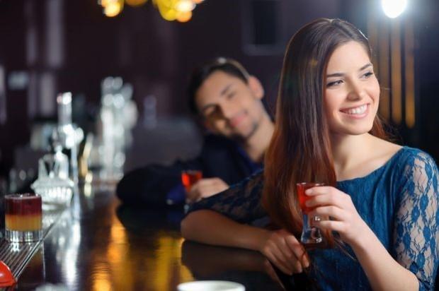 pareja en bar
